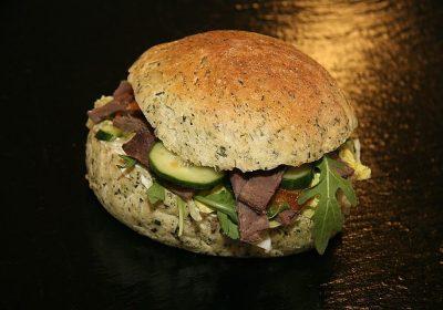 zdrowy burger z rukolą w bułce pełnoziarnistej